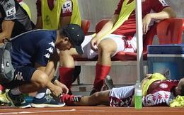 Thót tim với tình huống cựu tuyển thủ U23 Việt Nam nằm gục xuống sân ngay khi được thay ra