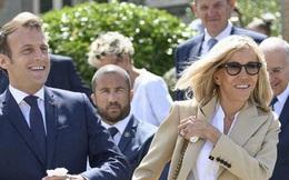 Đệ nhất phu nhân Pháp tự tin xuất hiện công khai bên chồng sau ca phẫu thuật, gây chú ý nhất là hành động của Tổng thống Pháp