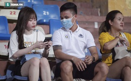 Quang Hải đưa điện thoại cho bạn gái xem, Huỳnh Anh liên tục cười rạng rỡ