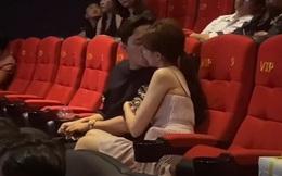 Họp báo 10 phút, Trấn Thành hôn Hari Won tận... 4 lần bất chấp ánh nhìn: Anh chị muốn dân tình ghen nổ mắt hay gì?