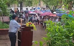 Thầy hiệu trưởng đứng giữa trời mưa phát biểu trong tiết chào cờ cuối cùng của học sinh cuối cấp: 12 năm đi học sắp hết thật rồi sao?