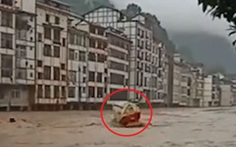 Lũ lụt nghiêm trọng ở TQ: Nhà cửa bị sập, xe bồn như xe đồ chơi chới với giữa dòng nước xiết