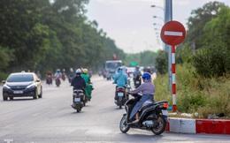 Xe máy nối đuôi nhau đi ngược chiều trên Đại lộ Thăng Long