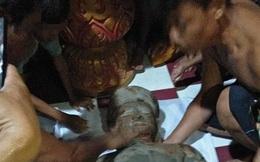 Nhiều người kéo nhau đến… bái lạy bức tượng đá gãy tay, chân