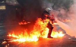 24h qua ảnh: Cảnh sát chống bạo động bốc cháy khi ngăn biểu tình ở Hi Lạp