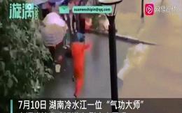 """Video: Đại sư Trung Quốc múa may """"vận công"""" để... ngăn dòng nước lũ dâng đến"""