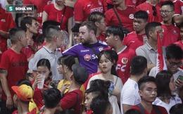 """CĐV nước ngoài gặp cảnh trớ trêu khi mặc áo Hà Nội FC nhưng lại ngồi nhầm vào """"hiểm địa"""""""