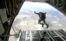 Lính Ấn Độ diễn tập nhảy dù xuống gần khu vực tranh chấp với Trung Quốc