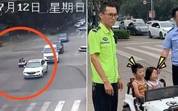 Chở nhau bằng ô tô mini đi ngược chiều trên đường lớn, 2 đứa trẻ hồn nhiên tươi cười nhưng khiến nhiều người lớn phải thót tim