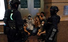 """Cảnh sát Hồng Kông bắt nghi phạm biểu tình """"ngay trên máy bay"""""""