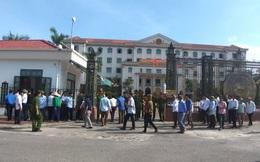 Hàng chục phụ huynh học sinh kéo nhau lên Ủy ban tỉnh phản đối việc giải thể trường cấp 3