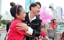 S.T Sơn Thạch giao lưu với fan tại tầng 2 của xe bus
