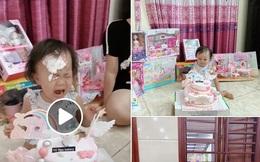 """""""Lầy"""" như Quế Ngọc Hải: Úp bánh sinh nhật vào mặt con gái làm Sunny khóc thét đáng thương trong ngày tròn 2 tuổi"""