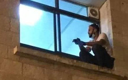 Bức ảnh người đàn ông ngồi thẫn thờ bên cửa sổ trông bất bình thường và câu chuyện phía sau gây xúc động mạnh