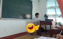Thầy giáo ngồi giảng bài trong lớp, mọi thứ rất bình thường cho đến khi học sinh nhìn xuống dưới: Chuyện gì đang xảy ra vậy?