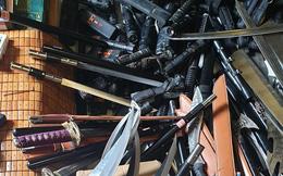 Thu giữ hơn 200 vũ khí thô sơ và công cụ hỗ trợ tại cửa hàng bán đồ gia dụng ở chợ Cốc Lếu