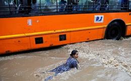 24h qua ảnh: Cô gái chơi đùa trên đường phố ngập lụt