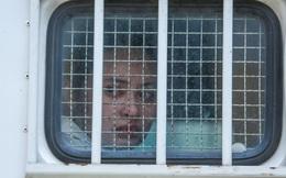 Hot girl Ngọc Miu nước mắt lưng tròng ngồi trong xe bít bùng sau khi bị đề nghị 16 năm tù