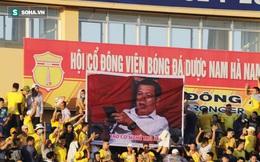CĐV Nam Định giăng biểu ngữ kêu gọi Trưởng ban trọng tài từ chức