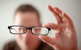 Suýt mù vì ngộ độc do dùng thuốc mà tưởng... cận thị