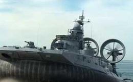 """Video: Xem """"quái vật biển"""" lớp Zubr của Nga rẽ sóng cập bờ đầy uy lực"""
