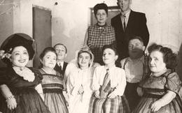 7 chị em người lùn nổi tiếng và số phận đau đớn khi rơi vào tay gã bác sĩ chết chóc đến mất mạng nhưng cuối cùng vẫn biết ơn hắn