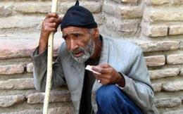 """Bị chê vì làm ngơ người ăn xin nghèo, người đàn ông nói 1 câu và cho đi 300 USD, việc xảy ra nửa tháng sau khiến hàng xóm """"ngã ngửa"""""""
