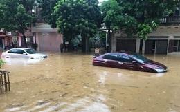 """Mưa lớn trút xuống gây ngập lụt ở Lào Cai, ô tô """"ngụp lặn"""" dưới nước"""