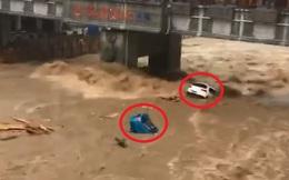 Lũ lụt ở Trung Quốc: Đường biến thành sông, dòng nước đục ngầu ào ào cuốn trôi ô tô
