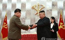 Ông Kim Jong-un  tặng súng lục cho chỉ huy quân đội