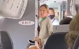 Cứng đầu không chịu đeo khẩu trang trên máy bay, người phụ nữ bị đuổi xuống trong tiếng hò reo của các hành khách khác