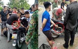 """3 người đàn ông lôi """"bé Na"""" đang quấn chặt trong xe máy SH khiến người dân hiếu kì xúm đông"""