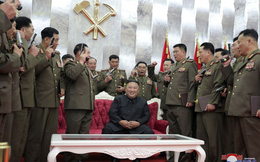 24h qua ảnh: Ông Kim Jong Un tặng súng cho các quân nhân Triều Tiên