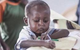 Đang ngồi làm bài tập thì bị chụp ảnh trộm, cậu bé da đen bỗng chốc nổi tiếng cả thế giới, cuộc đời bước sang trang mới