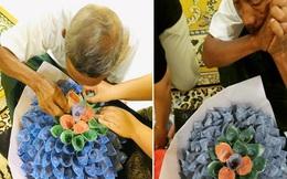 Cụ ông cặm cụi ngồi làm bó hoa tiền để con gái giao cho khách nhưng danh tính người nhận khiến cư dân mạng trào nước mắt
