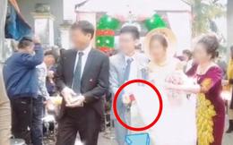 """Quá mừng vì cưới được vợ, chú rể có hành động """"quá đà"""" khiến mẹ đẻ vội đập thẳng tay vào váy cưới để nhắc nhở"""