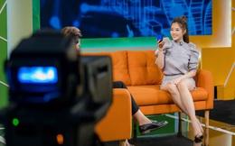 Hoa hậu Phan Hoàng Thu mặc gợi cảm khi xuất hiện trên truyền hình