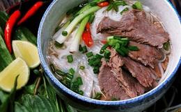 """Đầu bếp có hàng triệu người theo dõi trên Tiktok khoe làm phở Việt Nam, nhưng lại pha mì với thứ nước kỳ quặc, bị dân mạng ném đá """"không hiểu thì đừng có làm"""""""