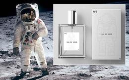 Cận cảnh chai nước hoa có mùi hương của không gian