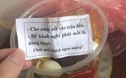 """Mua hộp bánh tráng trộn về nhà, cô gái bất ngờ với dòng nhắn gửi cực dễ thương bên trong: Nhớ cho bánh """"nghỉ phút mốt"""" trước khi ăn!"""
