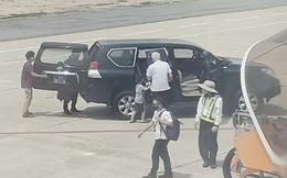 Xe đón Phó Bí thư Phú Yên và người nhà mới được cấp thẻ vào sân bay Tuy Hoà