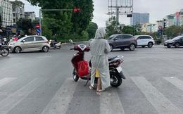 """Người phụ nữ khiến cả phố Hà Nội """"thở dài"""" vì phong cách dừng đèn đỏ ngang ngược"""