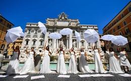 24h qua ảnh: Các cô dâu mặc váy cưới biểu tình vì đám cưới bị hoãn do dịch COVID-19