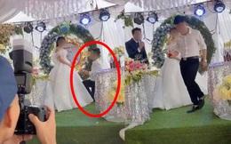 """Sơ suất """"chí mạng"""" trên sân khấu kết hôn, chú rể cuống cuồng bỏ chạy để mặc cô dâu đứng một mình, tiếng khách khứa nói vọng lên: """"Không phải khóc"""""""