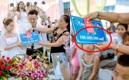 """Mẹ chồng trao quà cưới cho con dâu, cả hội hôn bất ngờ vì con số """"khủng"""" ghi trên tấm bảng"""