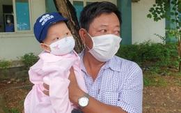 Nghẹn ngào giây phút bé 8 tháng tuổi ở Đà Nẵng chiến thắng Covid-19, trở về với ông bà