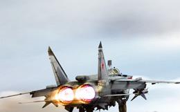 MiG-31 nổ lốp, mài càng xuống đường băng tóe lửa