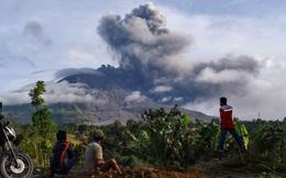 24h qua ảnh: Người dân nhìn núi lửa phun trào dữ dội ở Indonesia