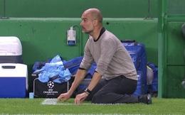 Pep Guardiola quỳ xuống bất lực, Man City thảm bại sau hàng loạt sai lầm ngớ ngẩn