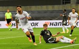 """VAR cũng """"bó tay"""", M.U thua oan Sevilla vì 1 quả ném biên"""